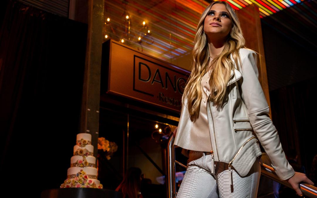 Modelo e DJ Miss Natalia troca o vestido longo por look de couro branco em seu aniversário
