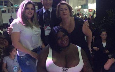 Em feira de beleza, carioca é a única brasileira a fazer parte do júri técnico no 1° Campeonato Mulheres de Fibra