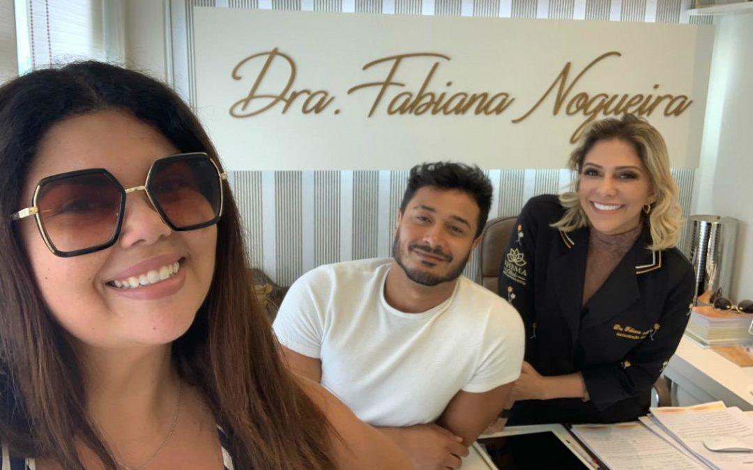 Fabiana Karla acompanha marido em consultório
