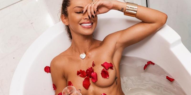 Diana Villas Boas comemora dia da mulher com banho em pétalas de rosas