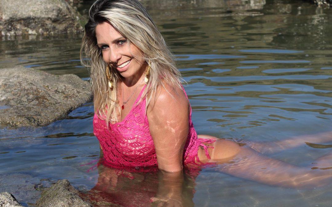 Sereia! Gabi Bayerlein ostenta beleza em novo ensaio sensual