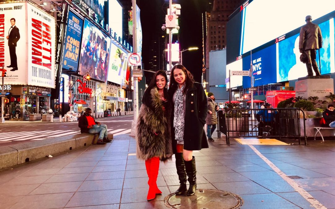 Funkeira Mc Mirella posa de lingerie cinta liga em plena Times Square em NY
