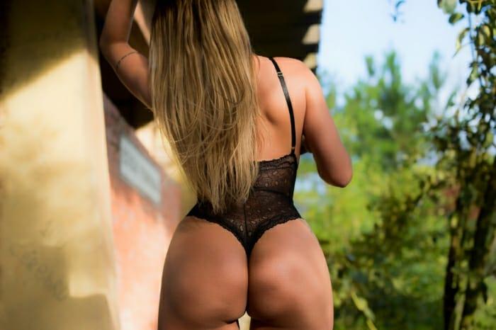 Yanna Oliveira posa sexy e anuncia que será destaque na Acadêmicos do Tucuruvi