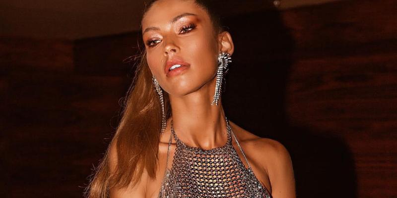Diana Villas Boas causou impacto com seu look metalizado no Camarote N1 e revela detalhes de nova coleção