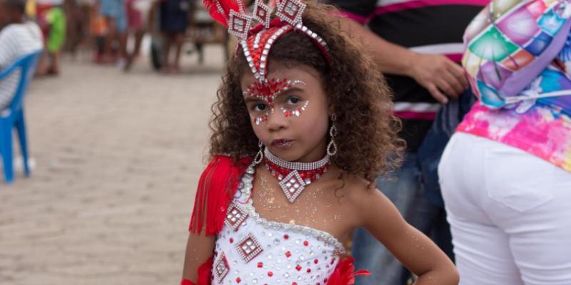 Duda Oliveira brilha como musa mirim em carnaval do Rio de Janeiro