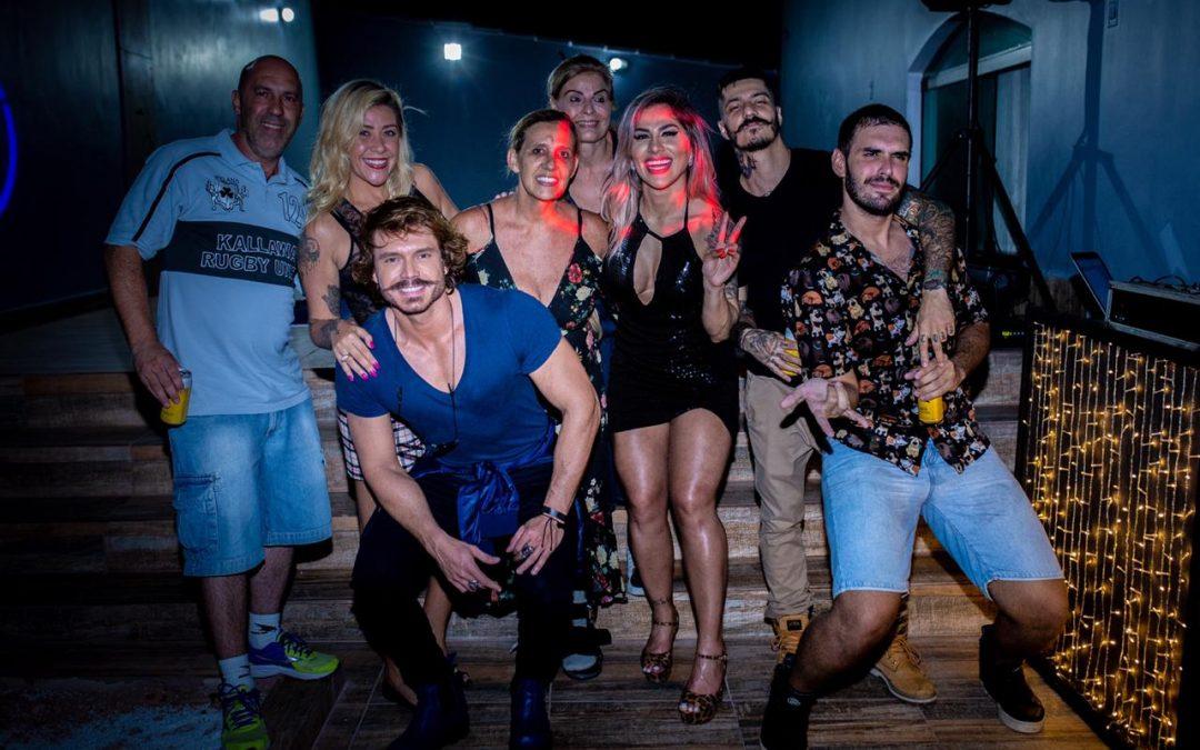Vanessa Mesquita faz festa de aniversário em sua casa e recebe amigos e famosos