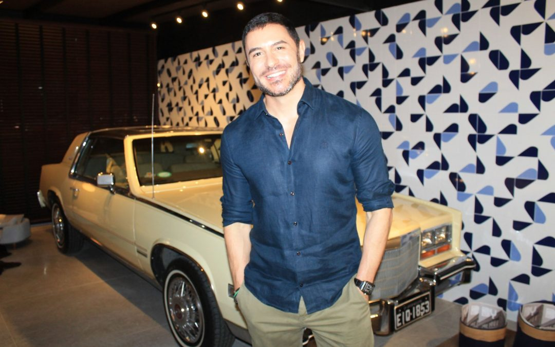 Ator Ricardo Tozzi se encanta com Cadillac Eldorado Biarritz durante Campinas Decor 2019
