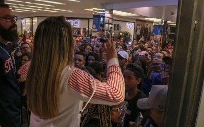 Dani Russo e influenciadores atraem multidão em shopping
