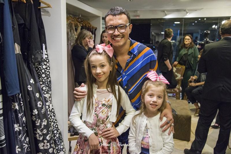 Irmãs fashionistas prestigiam lançamento de coleção de designer gaúcho