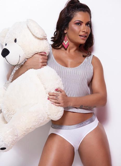 """Dani Sperle posa de lingerie com um urso e diz : """"Prefiro dormir agarrada com bichinhos de pelúcia do que com um homem roncando"""""""