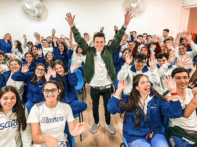 Rafael Lasalvia palestra sobre a vida de influencer para estudantes em São Paulo