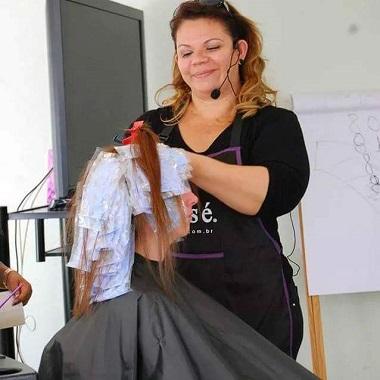 A Hairstylist Débora Deiros inova o mercado e mostra seu talento múltiplo