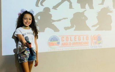 Thaís Oliveira apresenta a música 'As Tagarelas' em 'Show de Talentos'