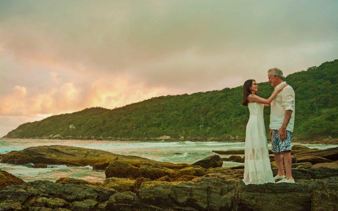 Mah Ferreira e marido comemoram 10 anos de casados em praia de Bombinhas (SC)