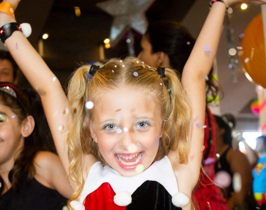 Atriz e modelo mirim, Alice Hemery, participa do Baile Gigantes da Lira Alphabeto