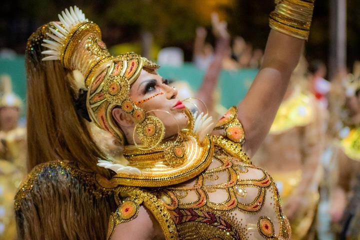 Coroada embaixadora do carnaval do Rio Grande do Sul, Alice Alves ganha também o troféu de melhor Rainha de Bateria do carnaval fora de época de Uruguaiana