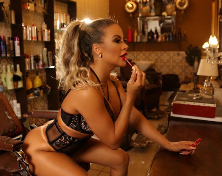 Dayse Brucieri posa sensual e dá dicas surpreender seu amor no Dia dos Namorados