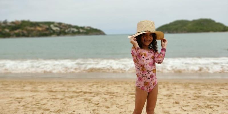 Modelo Mirim, Marininha Tavares, fotografa com moda praia de sua parceria com a 'Sirena Del Mare'