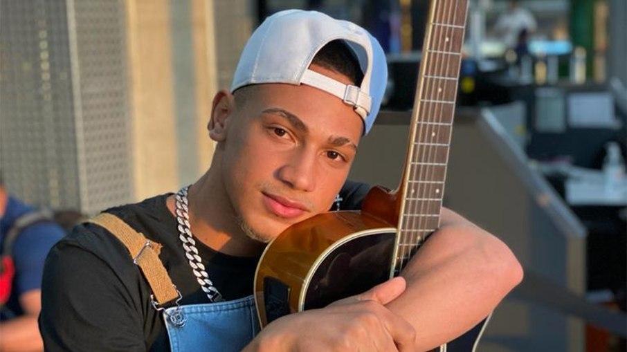 Sem shows, cantor usa as redes sociais para pedir doação de cama e tv pra família