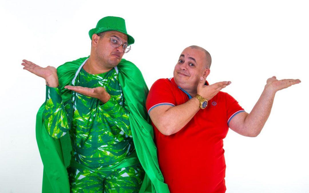 Comediantes chocam aeromoças ao levar 'marmita' para o avião.