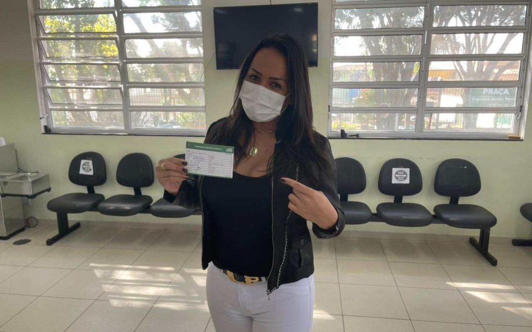 Lisa Gomes chora e protagoniza cena hilária ao tomar primeira dose da vacina contra covid-19
