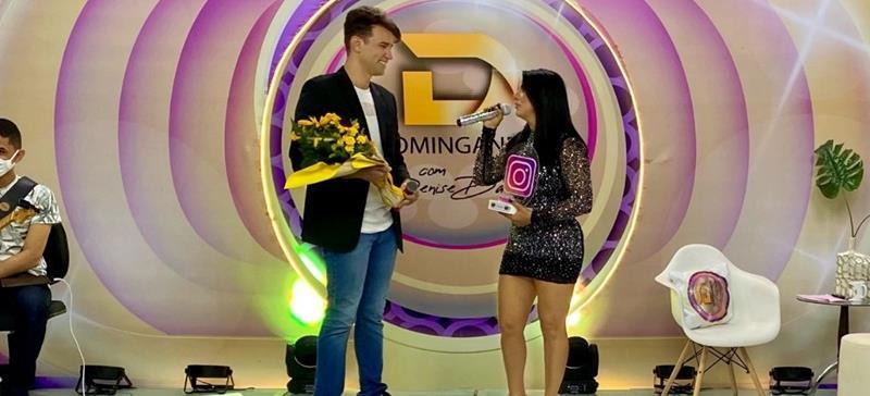 Thiago Cosmo, influenciador digital faz homenagem ao vivo para apresentadora Denise Dantas após alcançar 100 mil seguidores