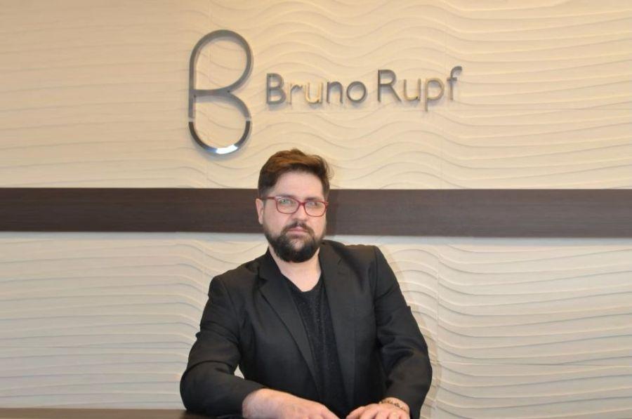 Bruno Rupf orgulha-se da paixão por cabelos e da carreira premiada