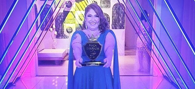 Designer de sobrancelha, Raquel Reis, recebe troféu pinça de ouro, além de ser homenageada em inúmeros eventos